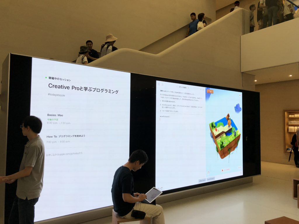 Apple京都店1階の巨大スクリーン